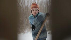 Das Kind säubert Bahnwinter Eine Ansicht durch einen Zaun auf dem Reinigungsschneejugendlichen stock footage