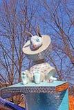 Das Kind-` s Alice im Märchenlandspielplatz in der malerischen Gasse stockfotografie