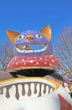 Das Kind-` s Alice im Märchenlandspielplatz in der malerischen Gasse stockfoto