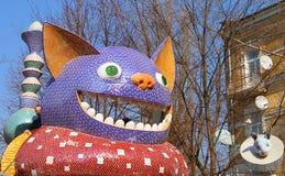 Das Kind-` s Alice im Märchenlandspielplatz in der malerischen Gasse durch Bildhauer Konstantin Skretutskiy lizenzfreie stockfotografie