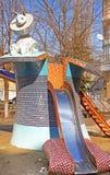 Das Kind-` s Alice im Märchenlandspielplatz in der malerischen Gasse durch Bildhauer Konstantin Skretutskiy stockfotografie