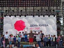 Das Kind-` s Ensemble führt am festlichen Stadium am Tag von Kiew durch stockfotografie