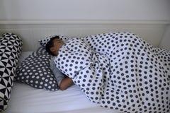 Das Kind schlafend in der Nacht Stockfotografie