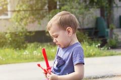 Das Kind schreit von der Beleidigung stockbilder
