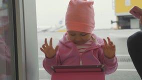 Das Kind, das Spiel auf Tablette spielt und freut sich im Sieg mit lustigen Gefühlen stock video footage