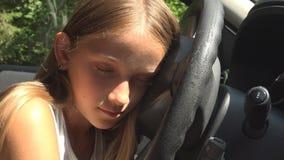 Das Kind, das spielt, beim Auto-Fahren täuschen, Kinderabenteuer im Auto, Mädchen-Schlafen vor stock footage