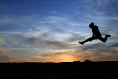 Das Kind springend über Felsen Stockfoto