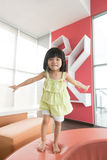 Das Kind springend auf Sofa Lizenzfreie Stockfotografie