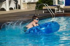 Das Kind springend in das Pool Lizenzfreie Stockbilder