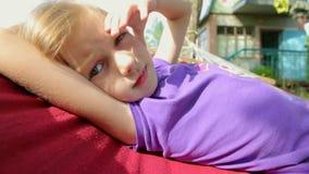 Das Kind steht auf der Hängematte still stock video