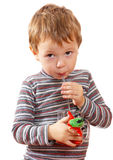Das Kind trinkt Saft Lizenzfreies Stockfoto