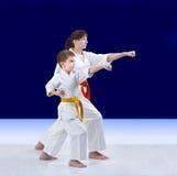 Das Kind und bemuttern die Athleten schlagen Durchschlagsarm lizenzfreie stockfotografie