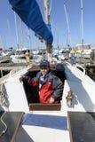 Das Kind und das Segelboot. lizenzfreie stockfotografie