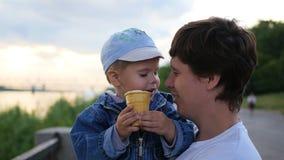 Das Kind und der Vater isst in einer Waffel Schalen-Eiscremenahaufnahme Familienfestival im Park Stockbilder