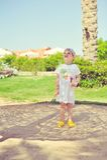 Das Kind unter einer Palme Lizenzfreie Stockfotos