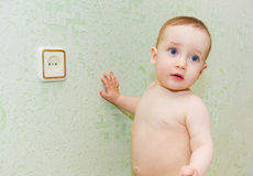Das Kind war vom Elektroschock gefährdet stockfoto