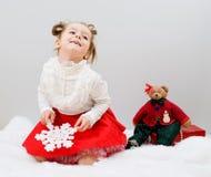 Das Kind wartet ein Geschenk des neuen Jahres Lizenzfreie Stockfotos