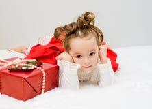 Das Kind wartet ein Geschenk des neuen Jahres Stockfotos