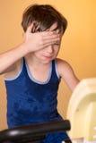 Das Kind wird auf einem Standrad ausgebildet Gesunder Lebensstil Stockfoto
