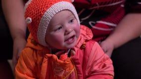 Das Kind wird in der Winterkleidung gekleidet stock footage