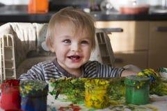 Das Kind zeichnet stockfoto
