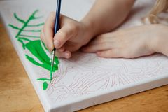 Das Kind zeichnet ein Bild durch Zahlen Stockfoto