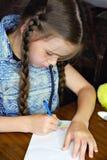 Das Kind zeichnet eine Abbildung Stockfotos