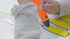 Das Kind zeichnet einen Stift 3d Zeichnen mit Plastikthreads stock footage