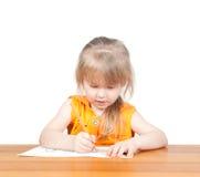 Das Kind zeichnet am Tisch Stockfotos
