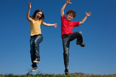 Das Kindspringen im Freien Stockbild