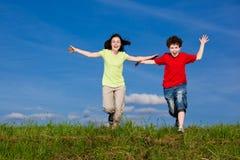 Das Kindspringen im Freien Stockfoto