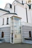 Das Kirchengebäude ausgerüstet mit dem vertikalen Straßenaufzug für Behinderter Kaliningrad stockbilder
