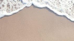 Das klare Wasser und der Sand ist ein schöner Hintergrund stockbild