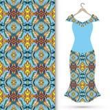 Das Kleid der Frauen auf einem Aufhänger und einem nahtlosen geometrischen Muster Stockbild