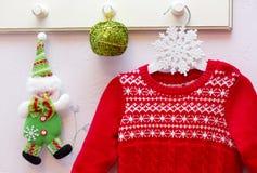 Das Kleid des roten und weißen Mädchens des Spielzeugs auf dem Aufhänger Stockfoto