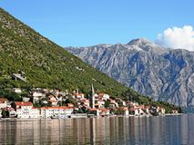 Das kleine beliebte Erholungsort von Perast auf der adriatischen Küste Stockbilder