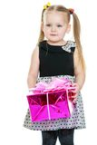 Das kleine blonde Mädchen, das einen Kasten hält Lizenzfreies Stockfoto