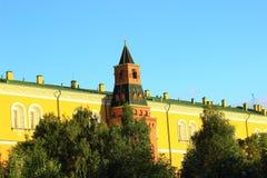 Das kleine Gebäude hinter dem der Kreml-Turm Stockfotografie