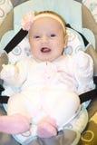 Das kleine Kind auf einem Schwingen lizenzfreies stockfoto