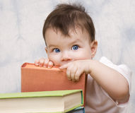 Das kleine Kind mit Büchern Lizenzfreies Stockbild