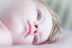 Das kleine Kind mit blauen Augen Stockfoto