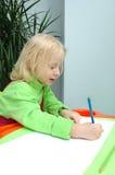Das kleine Kind schreibt Bleistift Lizenzfreie Stockfotos