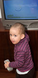 Das kleine Kind und der Fernsehapparat Lizenzfreies Stockfoto