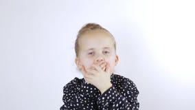Das kleine Mädchen rüttelt ihren Kopf in der Überraschung und im Lächeln stock video footage