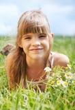 Das kleine Mädchen auf dem Gebiet Stockfoto