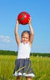 Das kleine Mädchen auf dem Rasen Lizenzfreies Stockbild