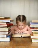 Das kleine Mädchen aufmerksam gelesen Lizenzfreie Stockfotografie