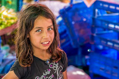 Das kleine Mädchen, das öffentlich Markt des Gemüses verkauft Stockfotos