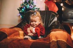 Das kleine Mädchen, das ihren geliebten Teddybären umarmt stockfotografie