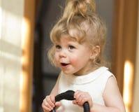 Das kleine Mädchen, das oben mit ihrem breiten Mund schaut, öffnen sich Stockfotos